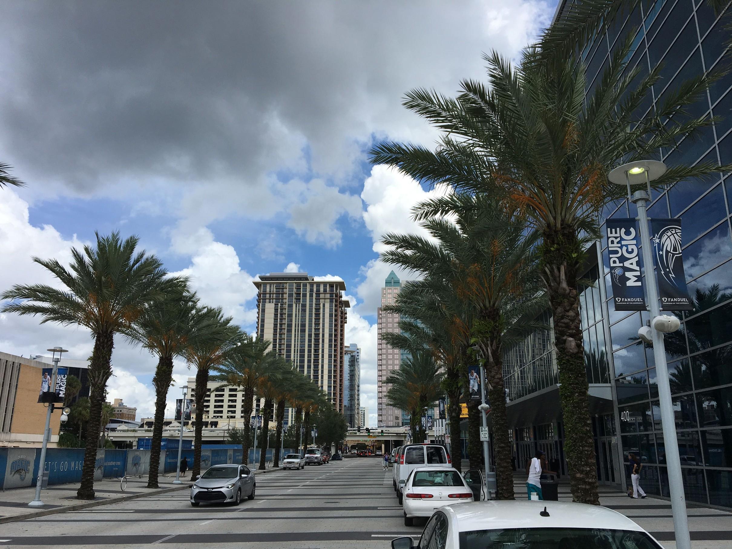 Před stadionem Orlando Magic