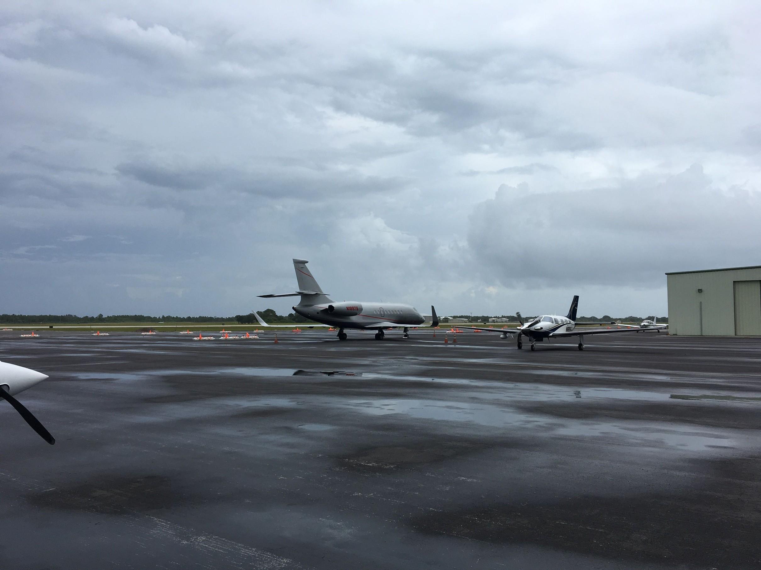 Letiště Vero Beach (KVRB) po jedné z bouřek, které v tu chvíli zalévali intenzivně celou Floridu.