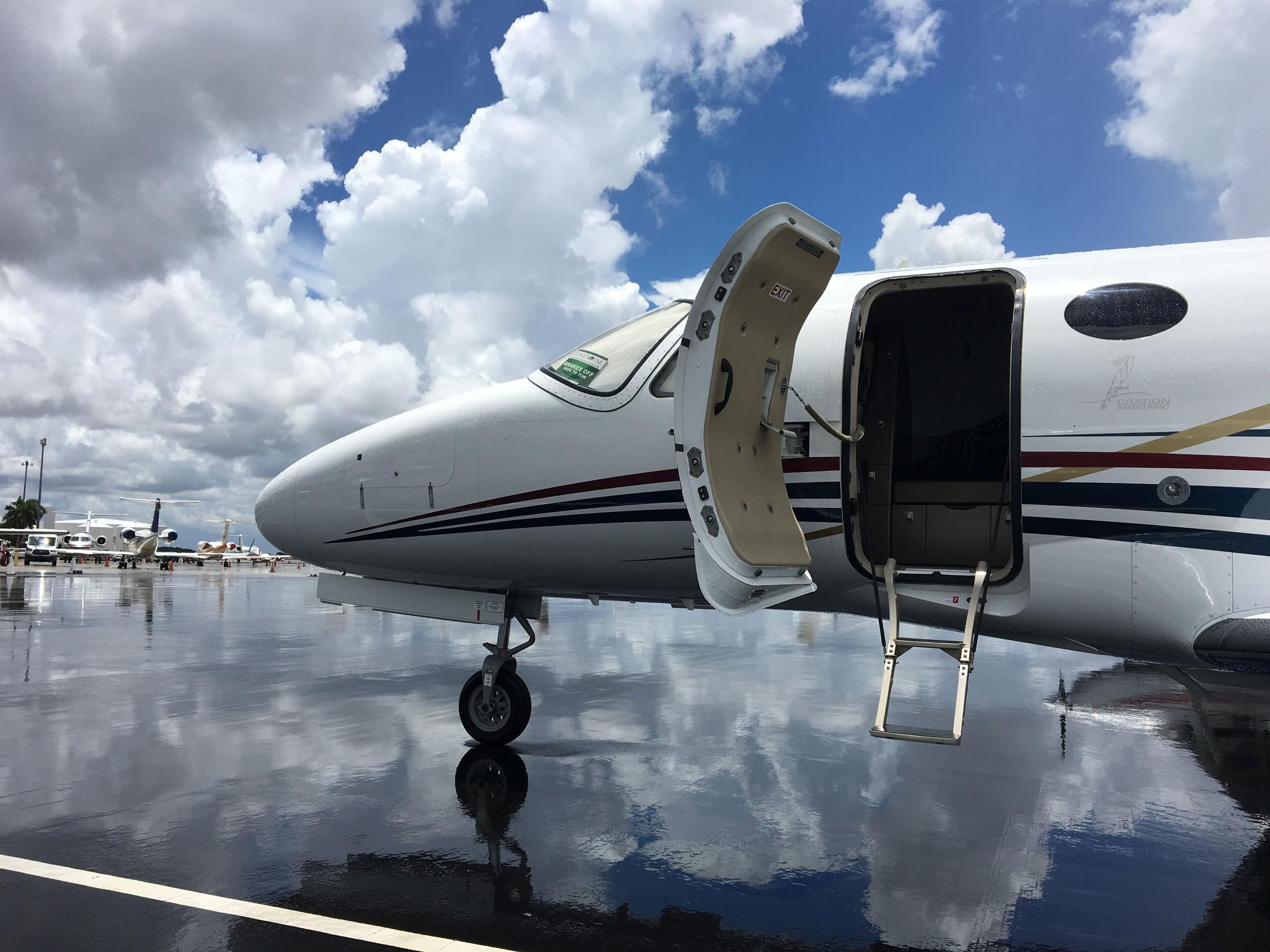 Prohlídka zánovního letadla Cessna Mustang na letišti Miami, Opa Locka (KOPF)
