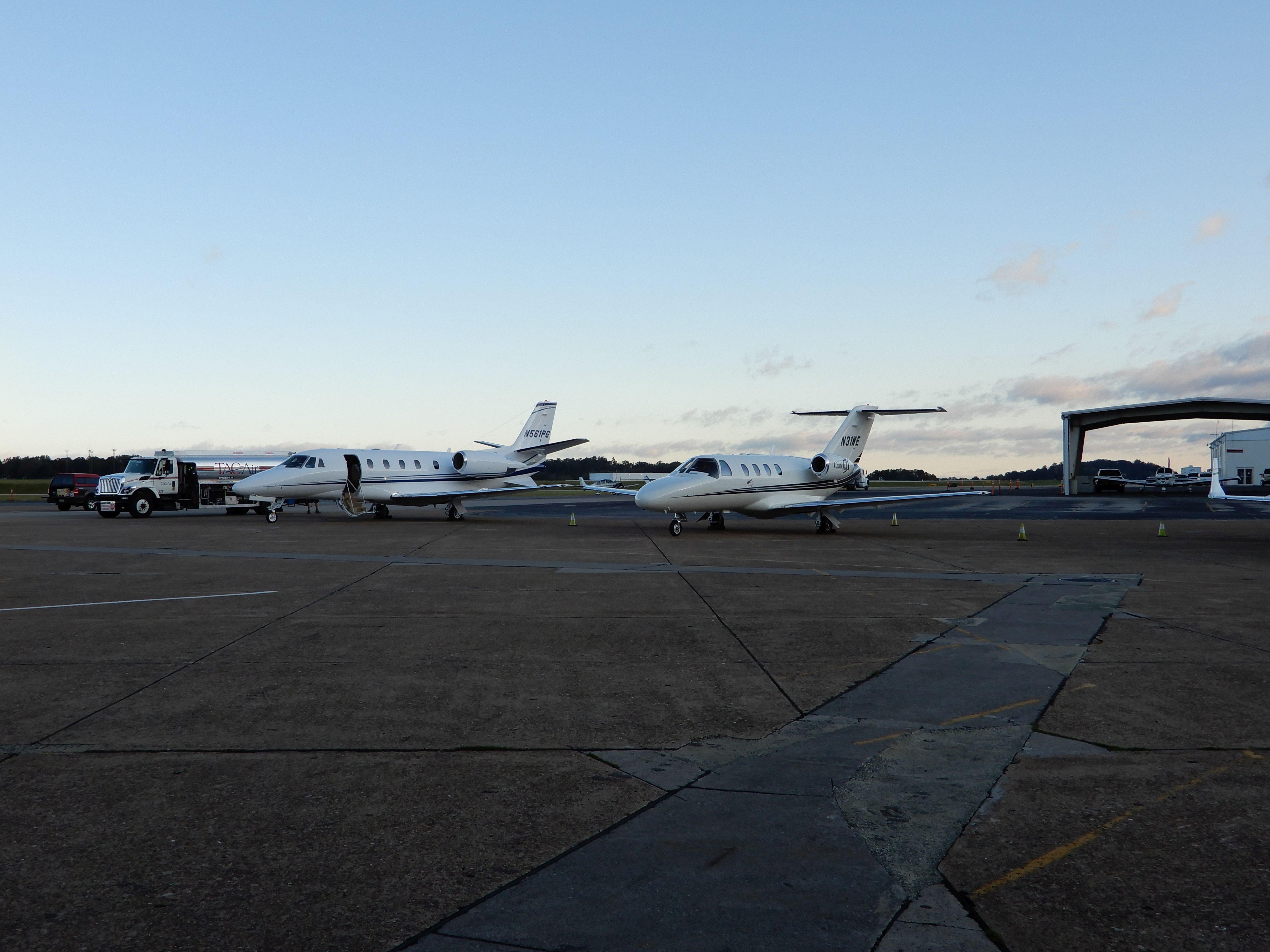 Letiště Knoxville, McGhee Tyson (KTYS). Je to velmi aktivní vnitrostátní letiště s korporátním i velmi čilým linkovým provozem.