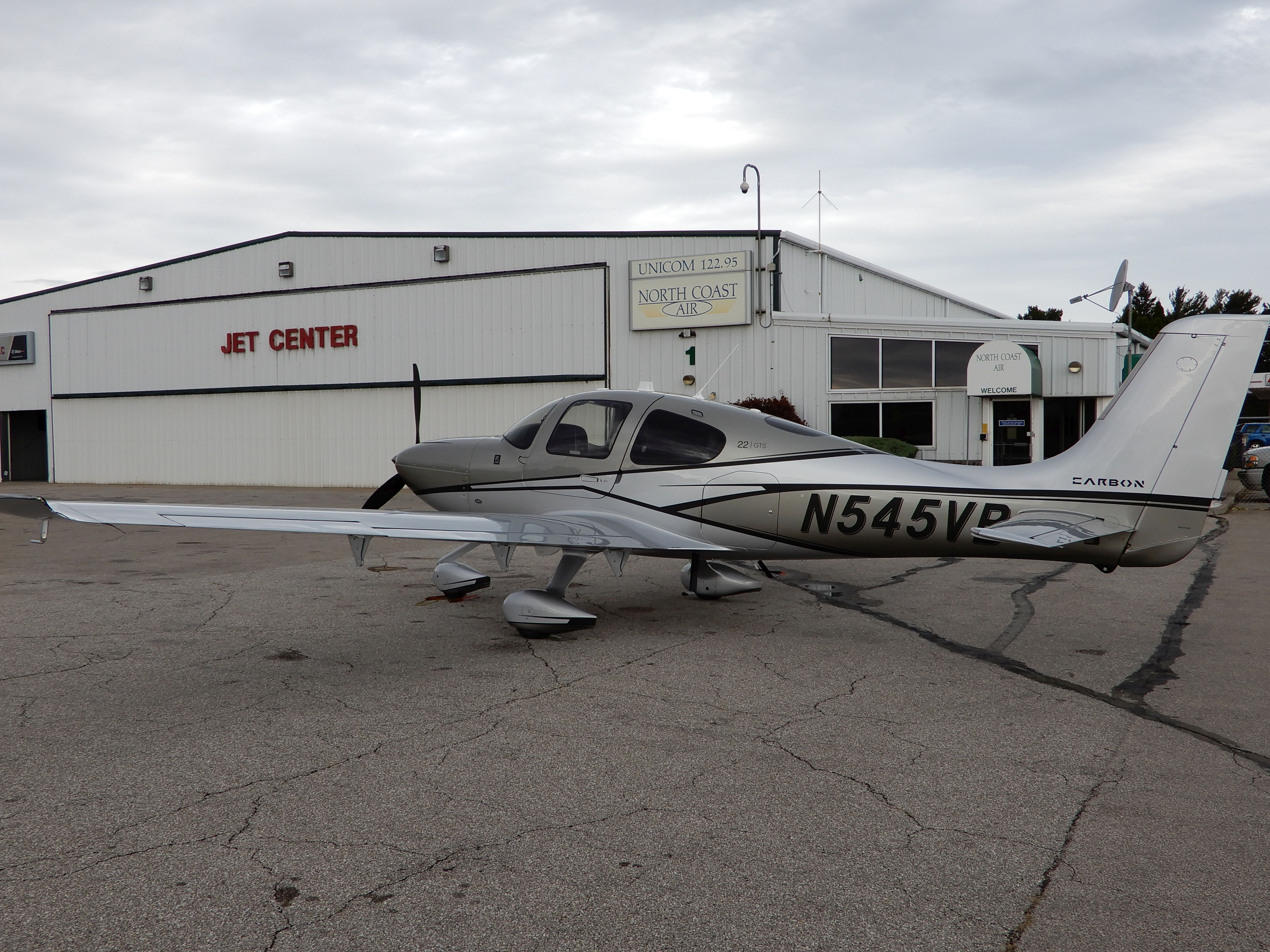První zastávka pro palivo a celní odbavení. Letiště Erie (KERI) u stejnojmenného jezera v systému Velkých Amerických jezer (The Great Lakes)
