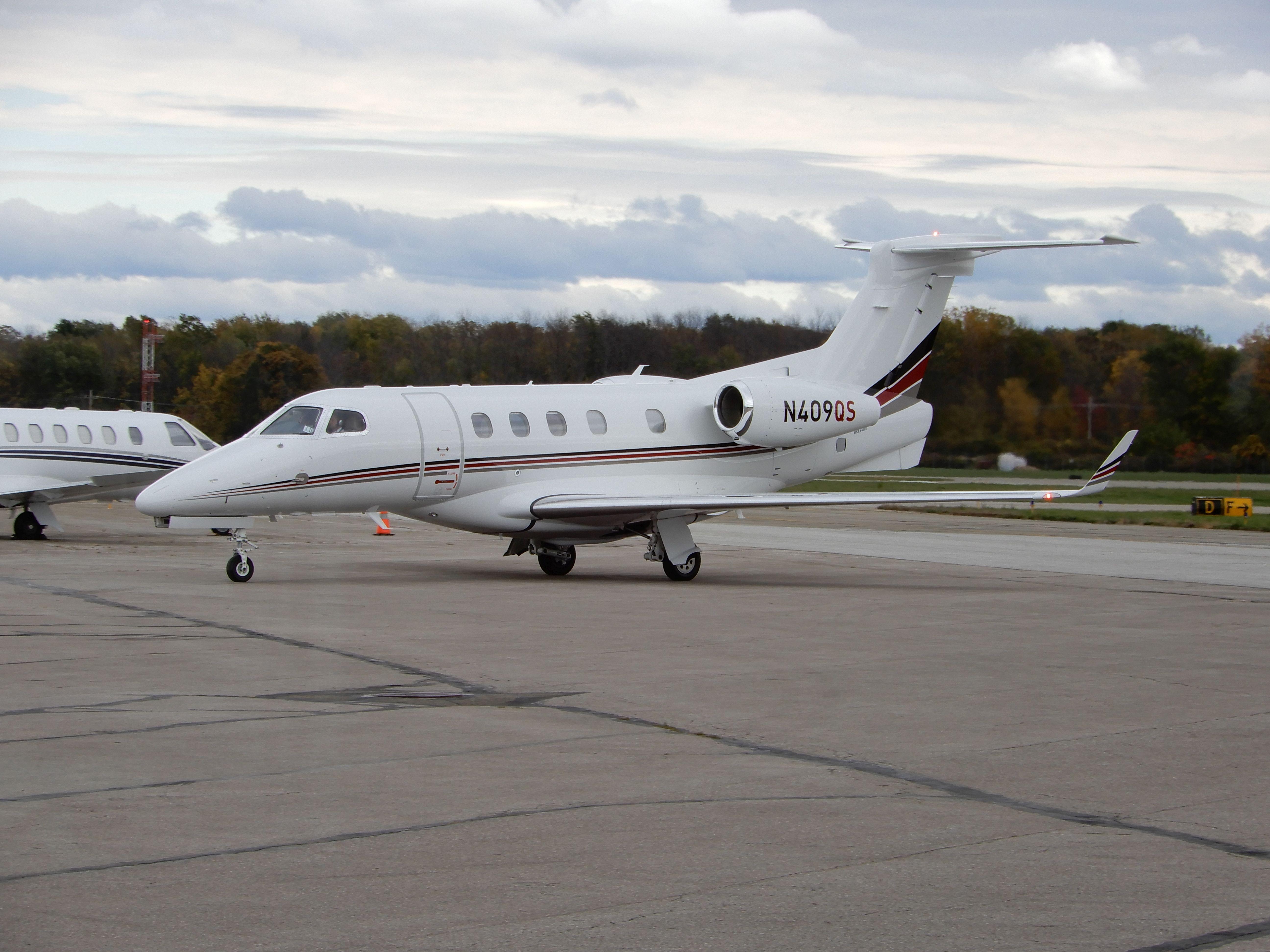 Korporátní provoz v Erie, Phenom 300 společnosti NetJets. Letiště Erie (KERI) u stejnojmenného jezera v systému Velkých Amerických jezer (The Great Lakes)