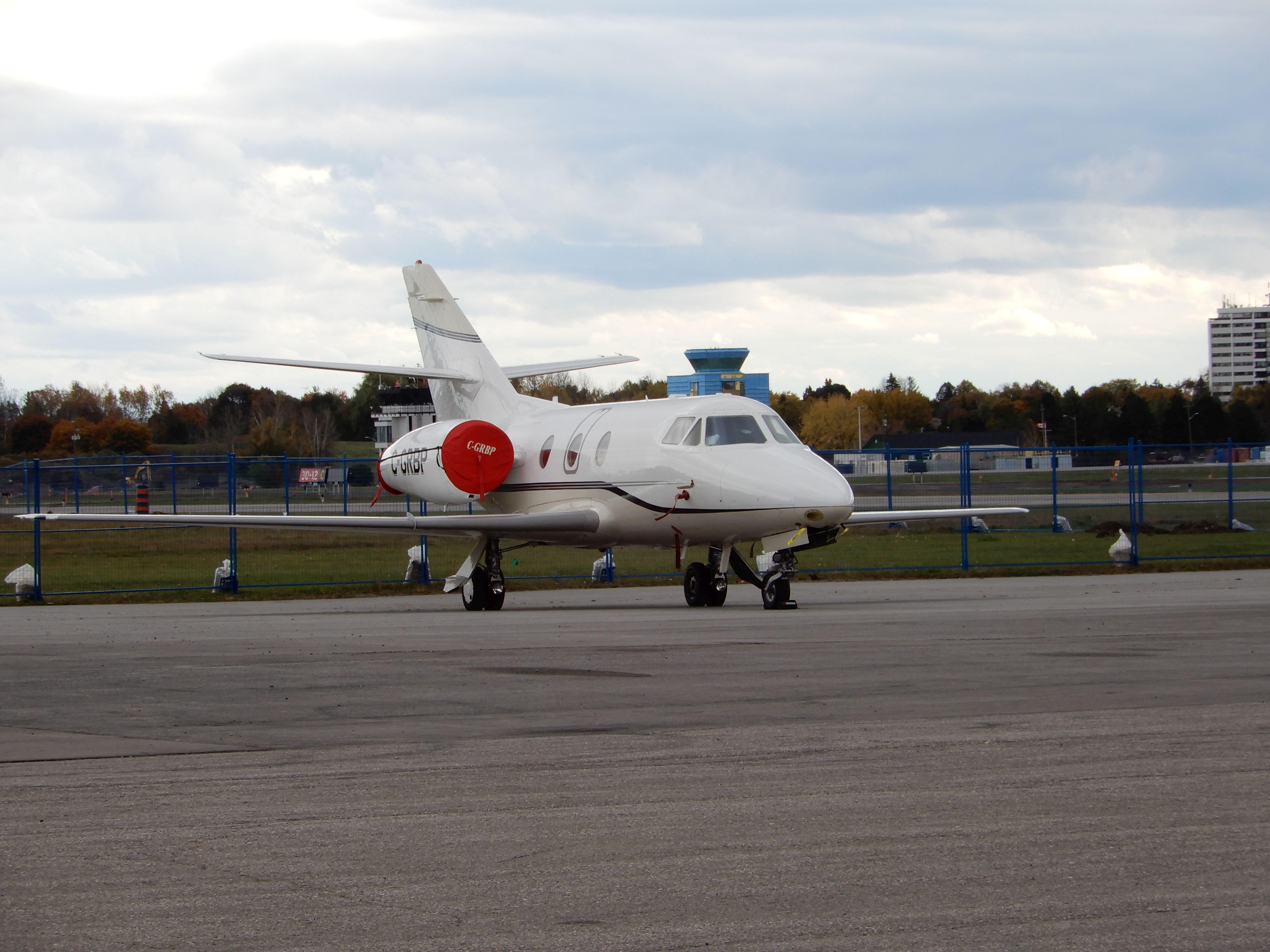 Neobvyklé množství starší Falconů na kanadském letišti Oshawa (CYOO)
