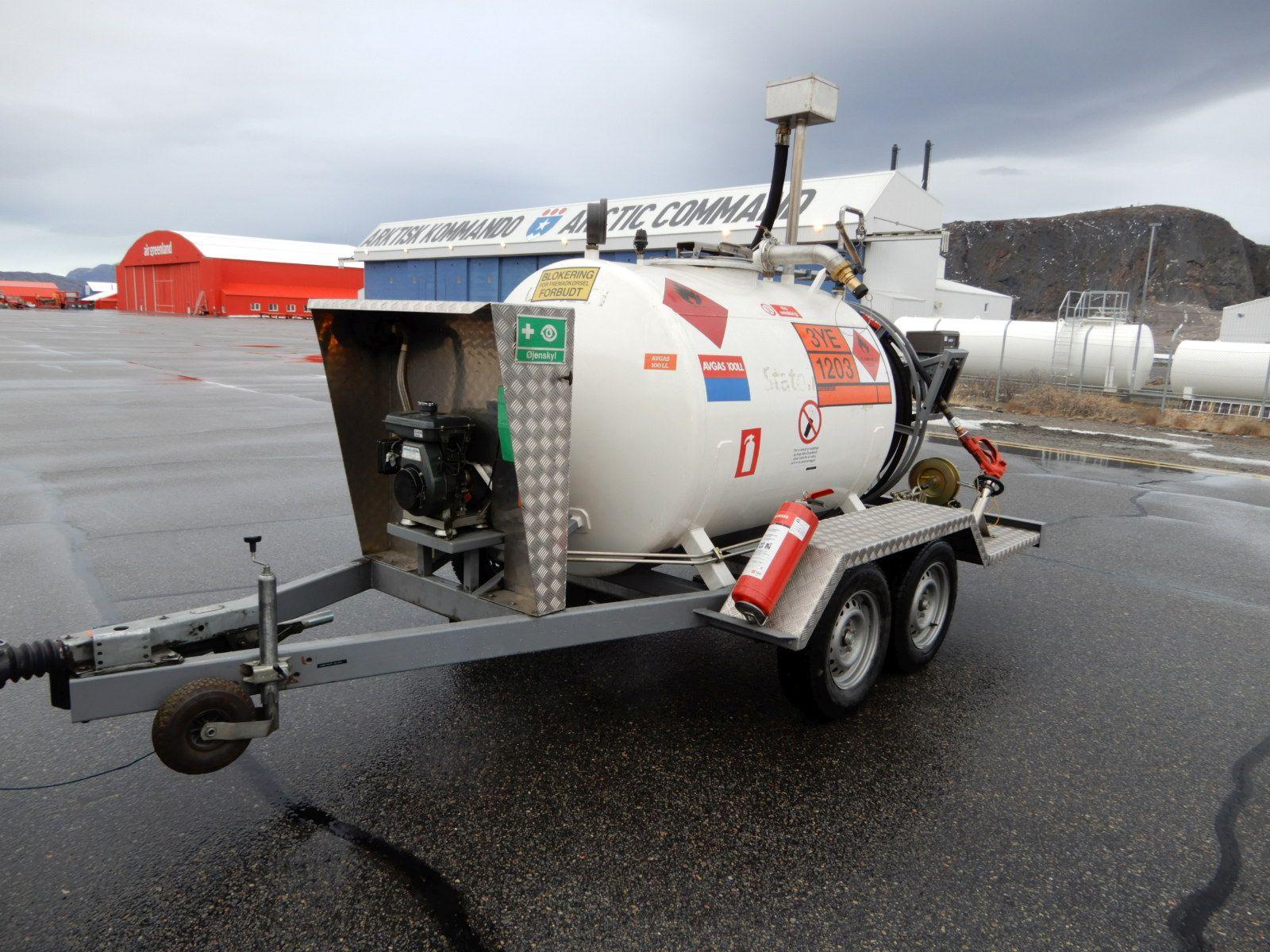 Tankování v Grónsku z nádrže, čerpadlo poháněné motorem ze sekačky.