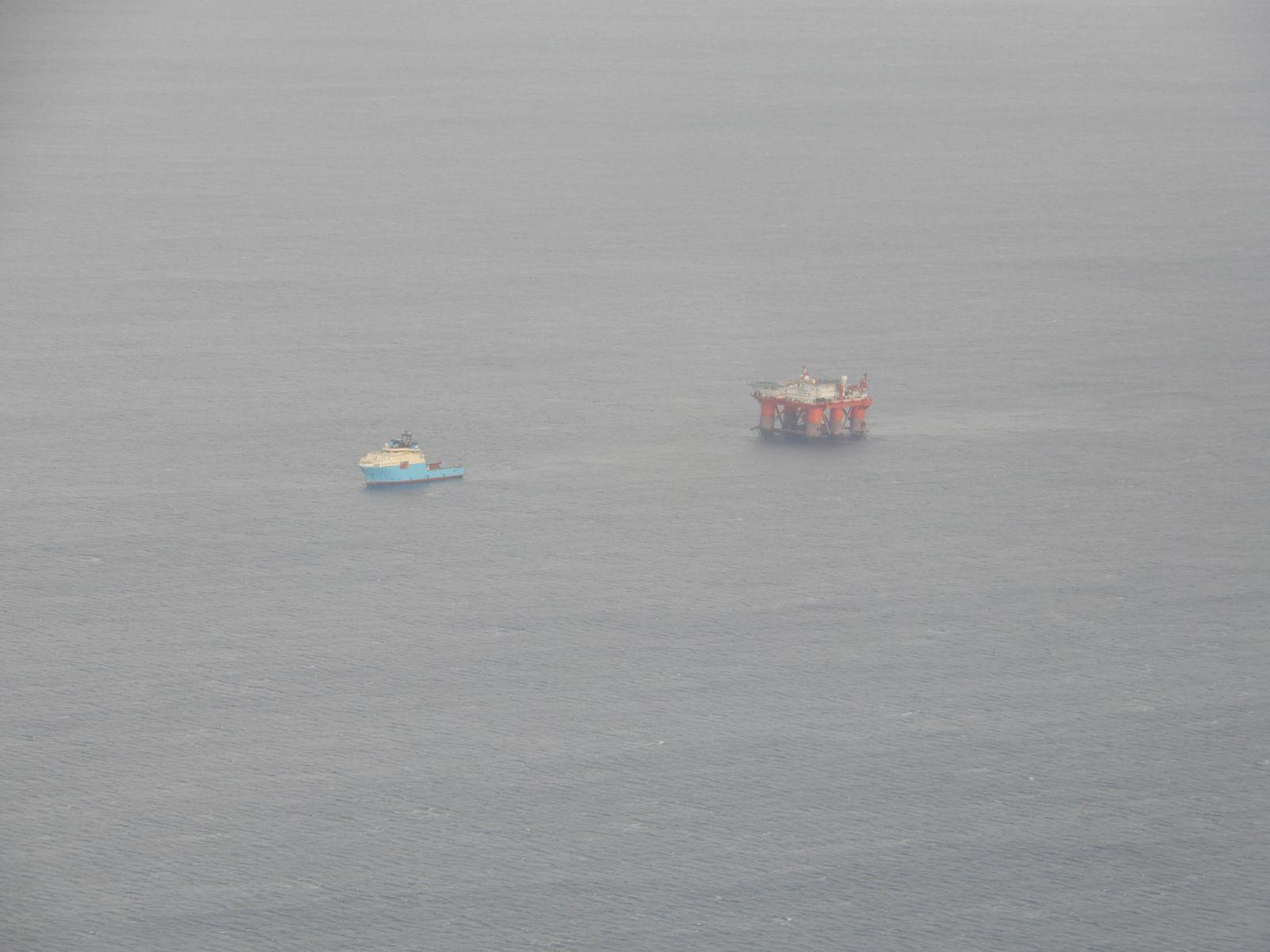 Tažení ropné plošiny na pobřeží Skotska.