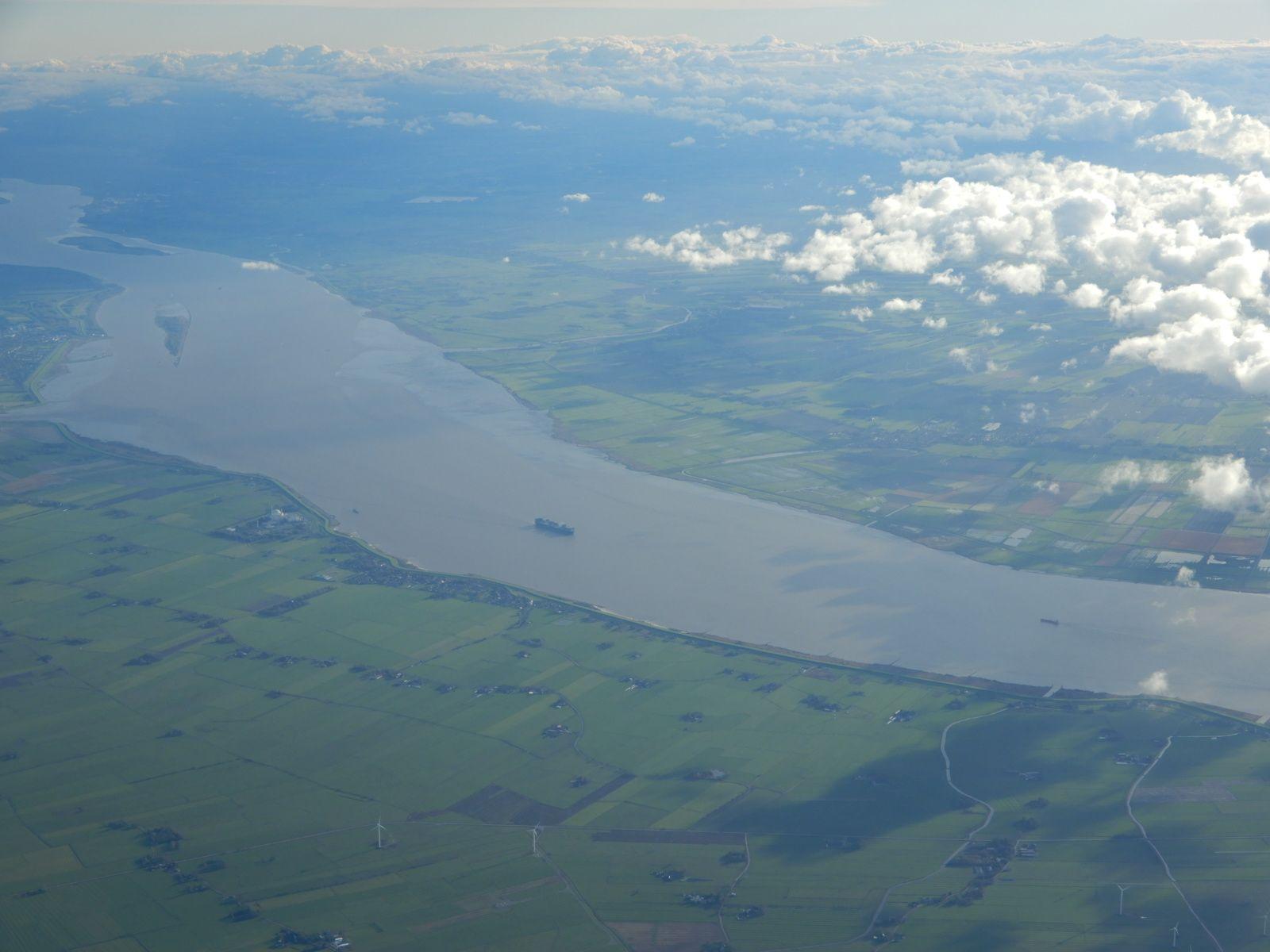 Česká řeka Labe, zde mezi Hamburkem a Severním mořem je výrazně mohutnější a umožňuje provoz největším plavidlům.
