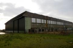 Letiště Wick (EGPC), druhoválečné hangáry pro bombardéry Lancaster. Ty malé budovy podél hangáru jsou márnice, kde se ukládali oběti po bombardování.