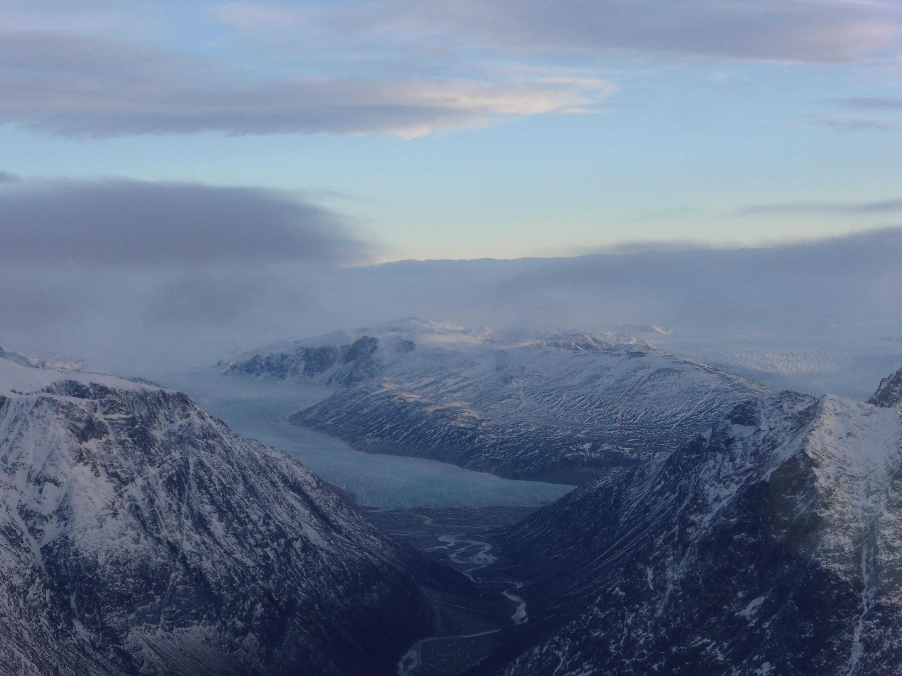 Ledovcová údolí po vzletu z Grónska.