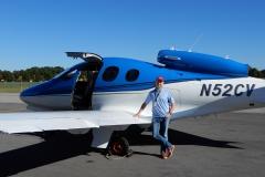 Po prvním letu na Cirrus Vision Jet, Knoxville, Tennessee, USA