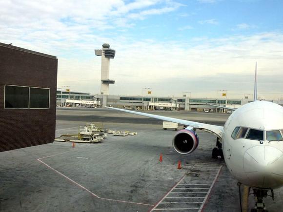 Naše letadlo Boeing 767 společnosti Delta na letišti JFK v New Yorku
