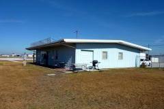 Tehdejší sídlo letecké školy Sunstate Aviation na letišti Kissimmee (KISM)