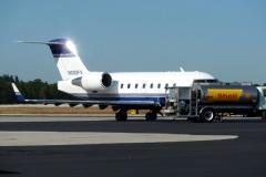 Letadlo typu Chalenger tankuje před odletem z Vero Beach (KVFB)