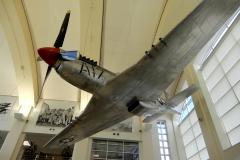 Pod stropem vstupní budovy na letišti Page Field (KMYF) visí maketa druhoválečné stíhačky Mustang.