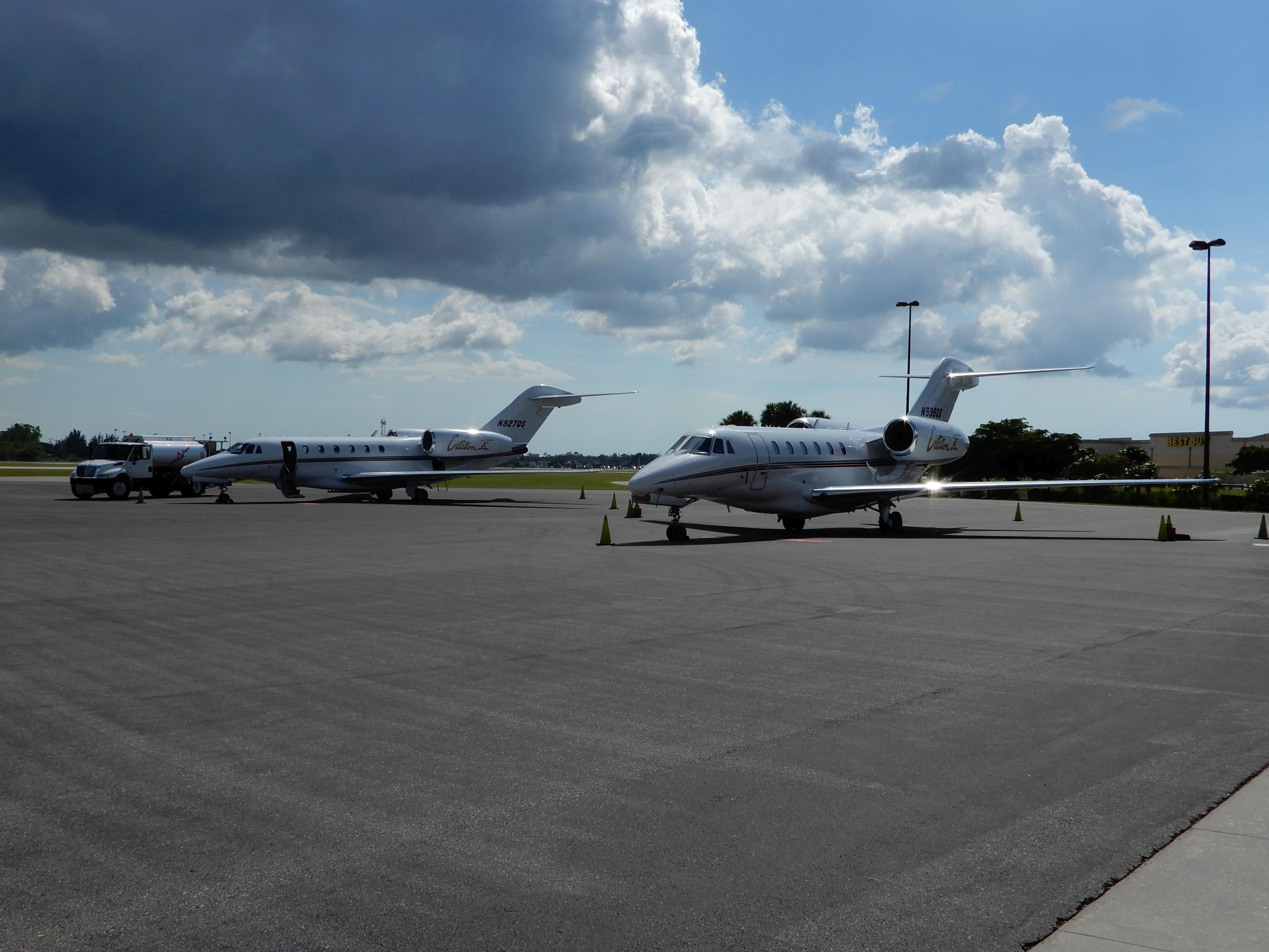 Čilý provoz korporátních letadel na letišti Page Field u Fort Mayers (KMYF)