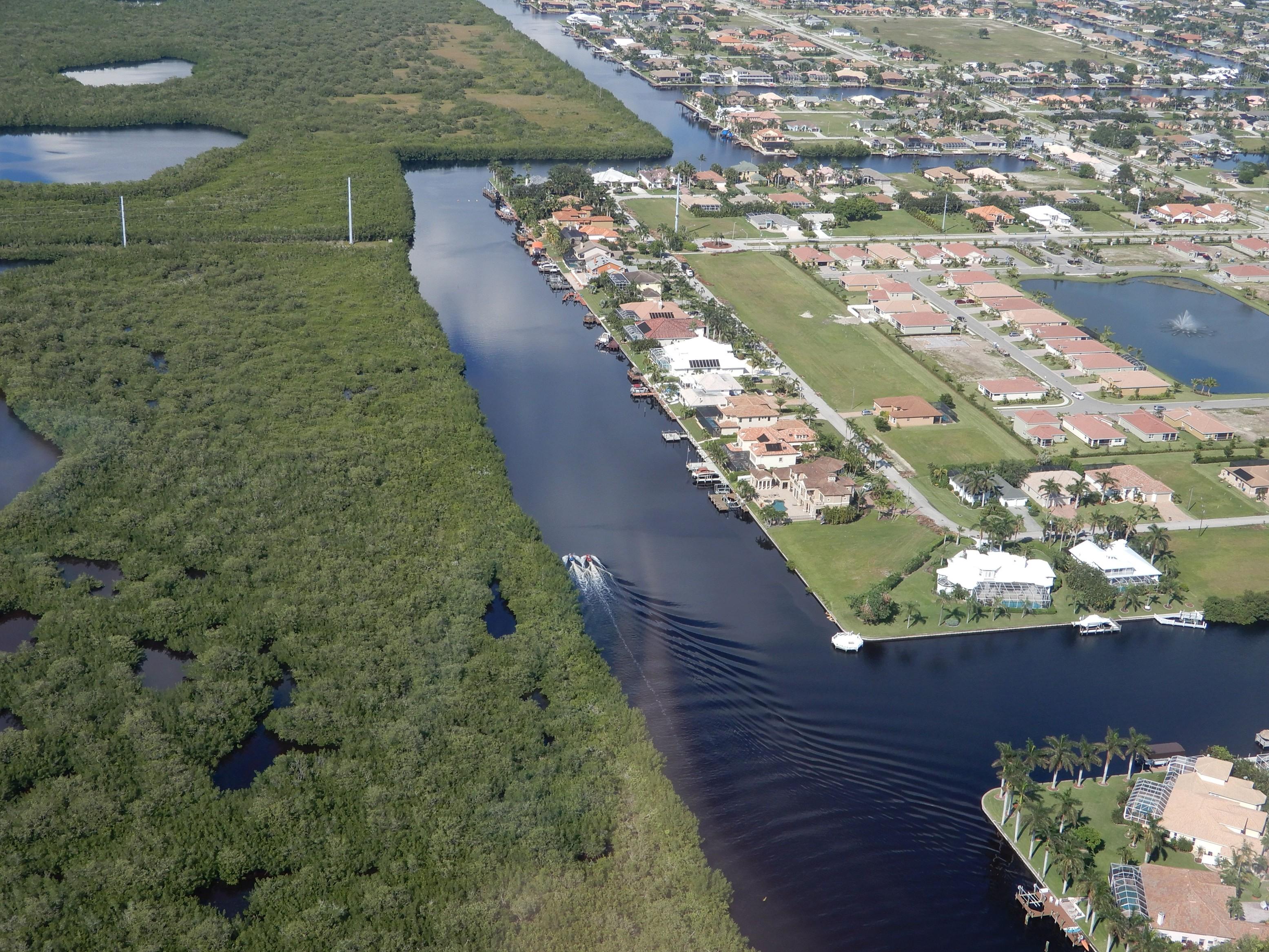 Spletitý systém vodních cest v luxusní čtvrti Cape Coral, kde má každý dům kromě garáže i přistup k vodnímu kanálu a kotvící místo pro svou loď.