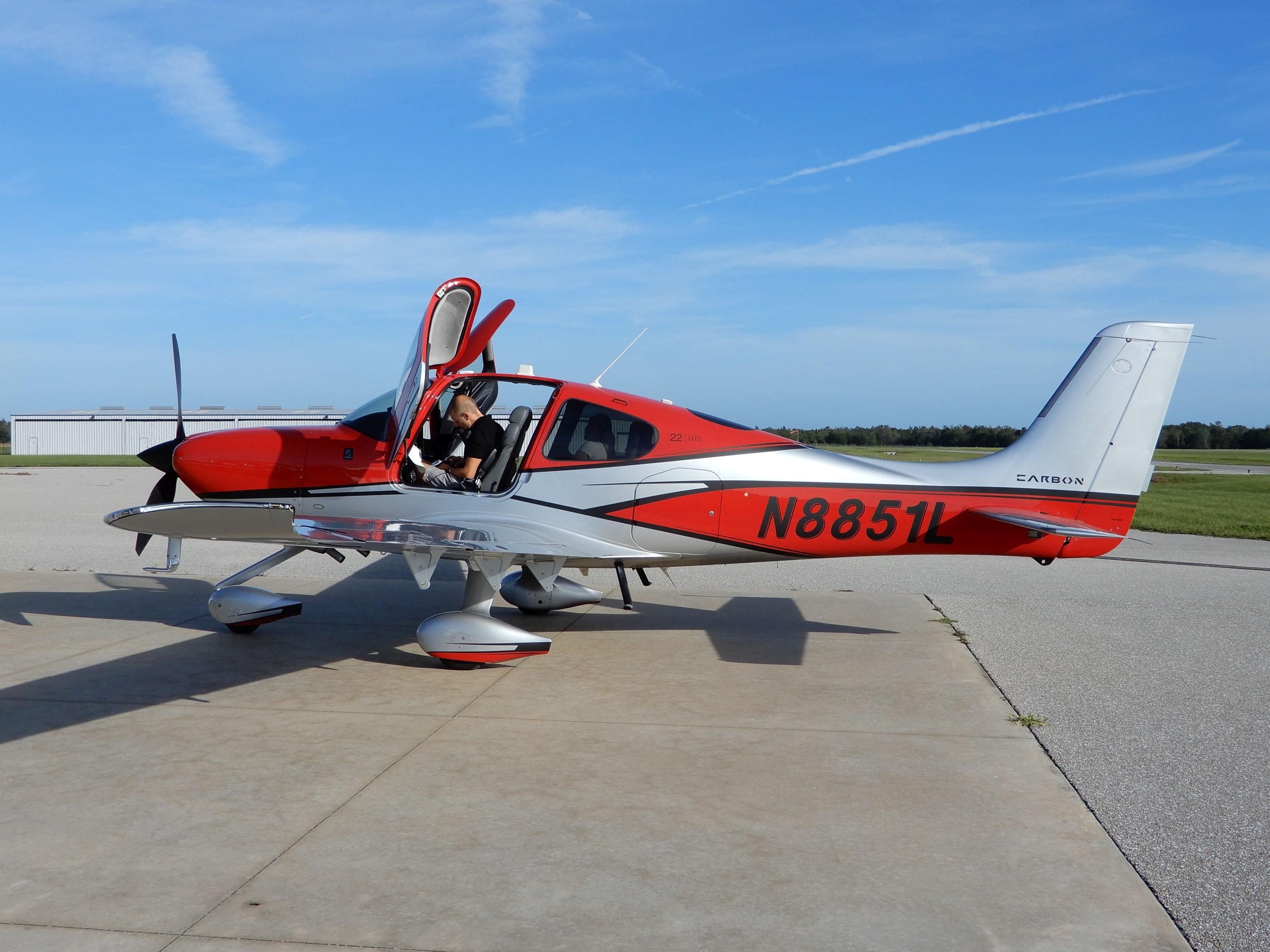Mezipřistání na letišti Wachula (KCHN), kde s Cessnou běžně trénujeme okruhy. Při cestě z Orlanda (KORL) na Key West (KEYW)