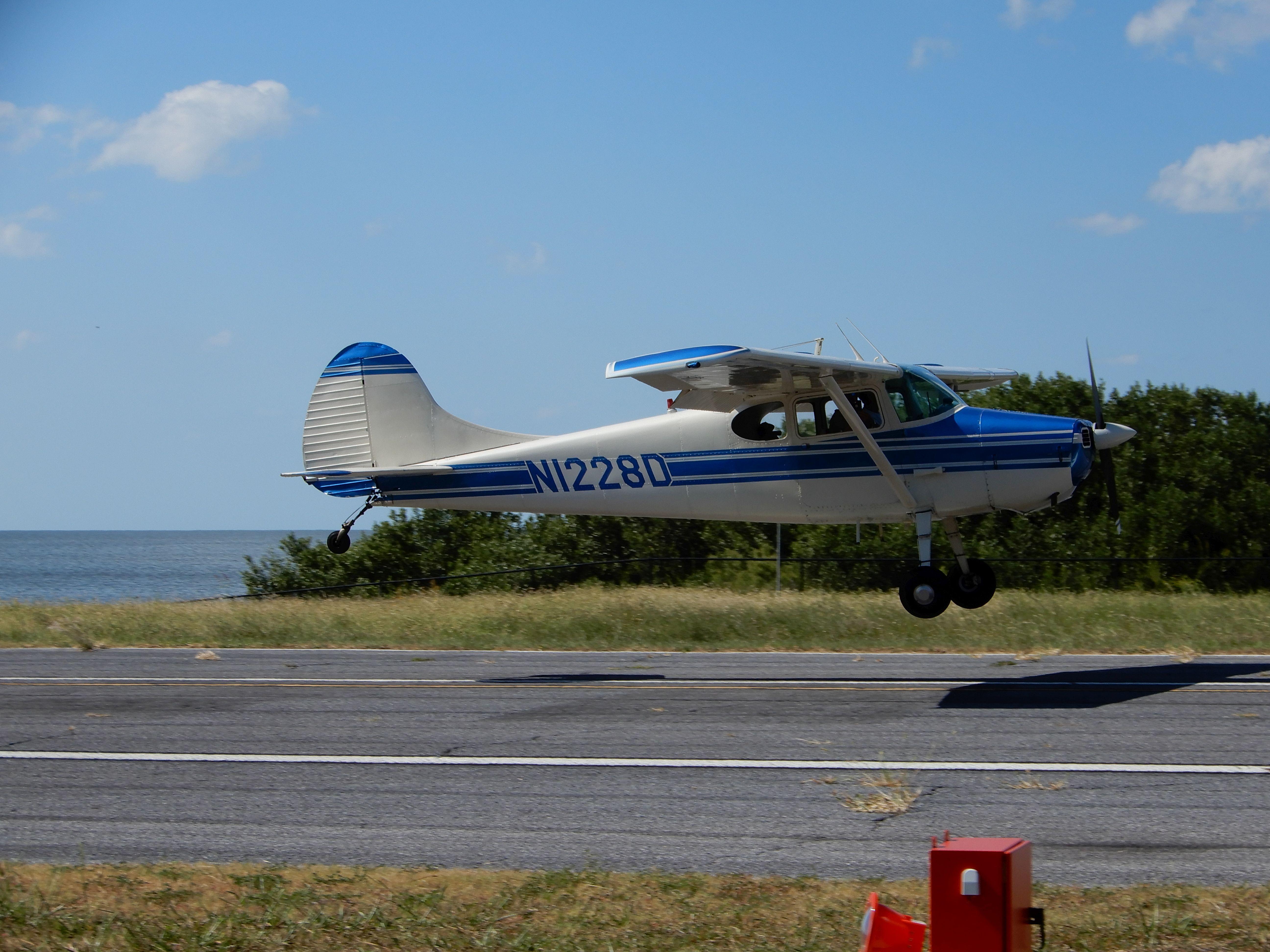 Přistávající Cessna 170 na letišti Lewis, Cedar Key (KCDK)