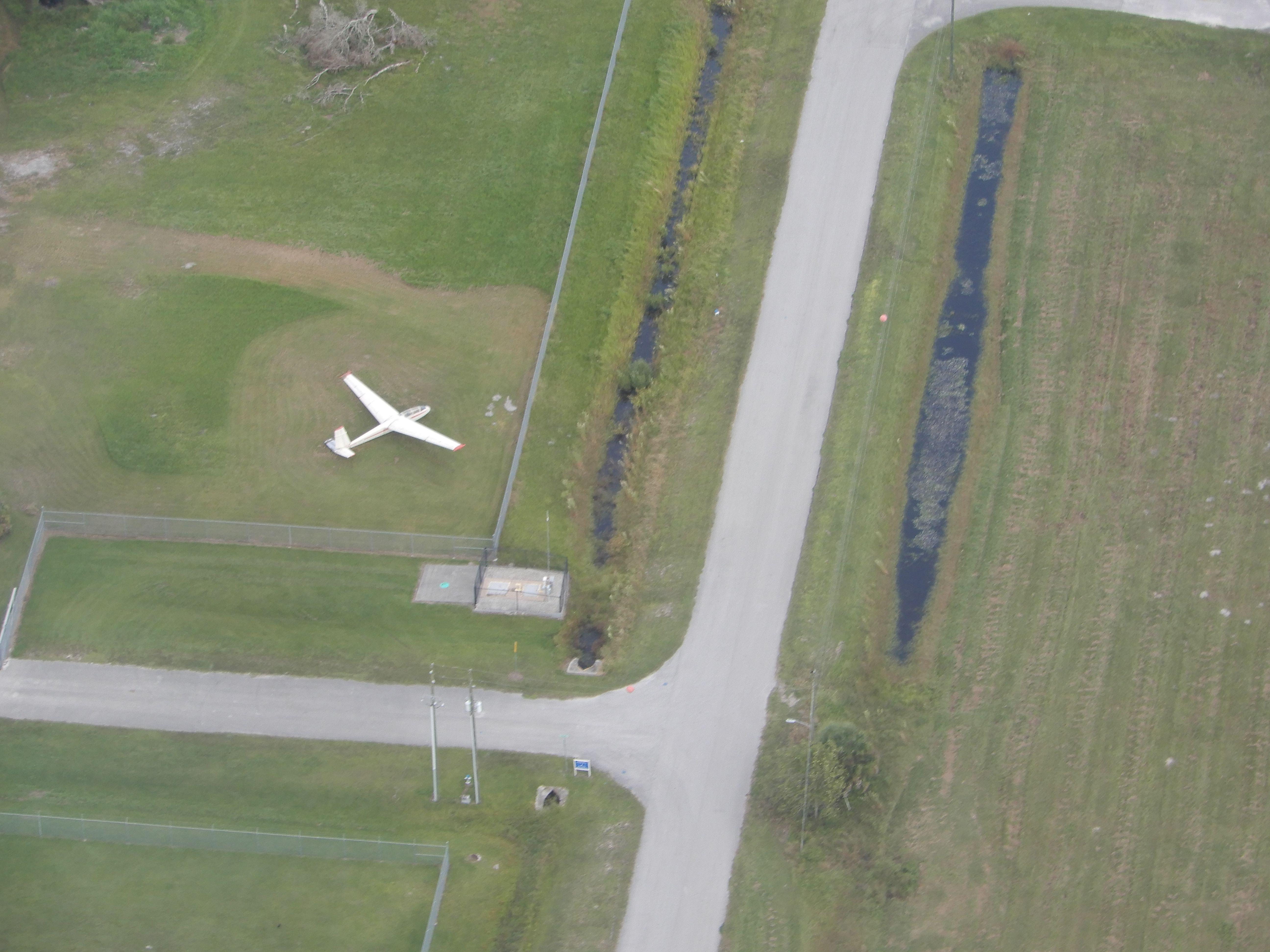 """Tak trochu """"pohozený"""" L-13 Blanik_na letišti Zephyrhills (KZPH)"""