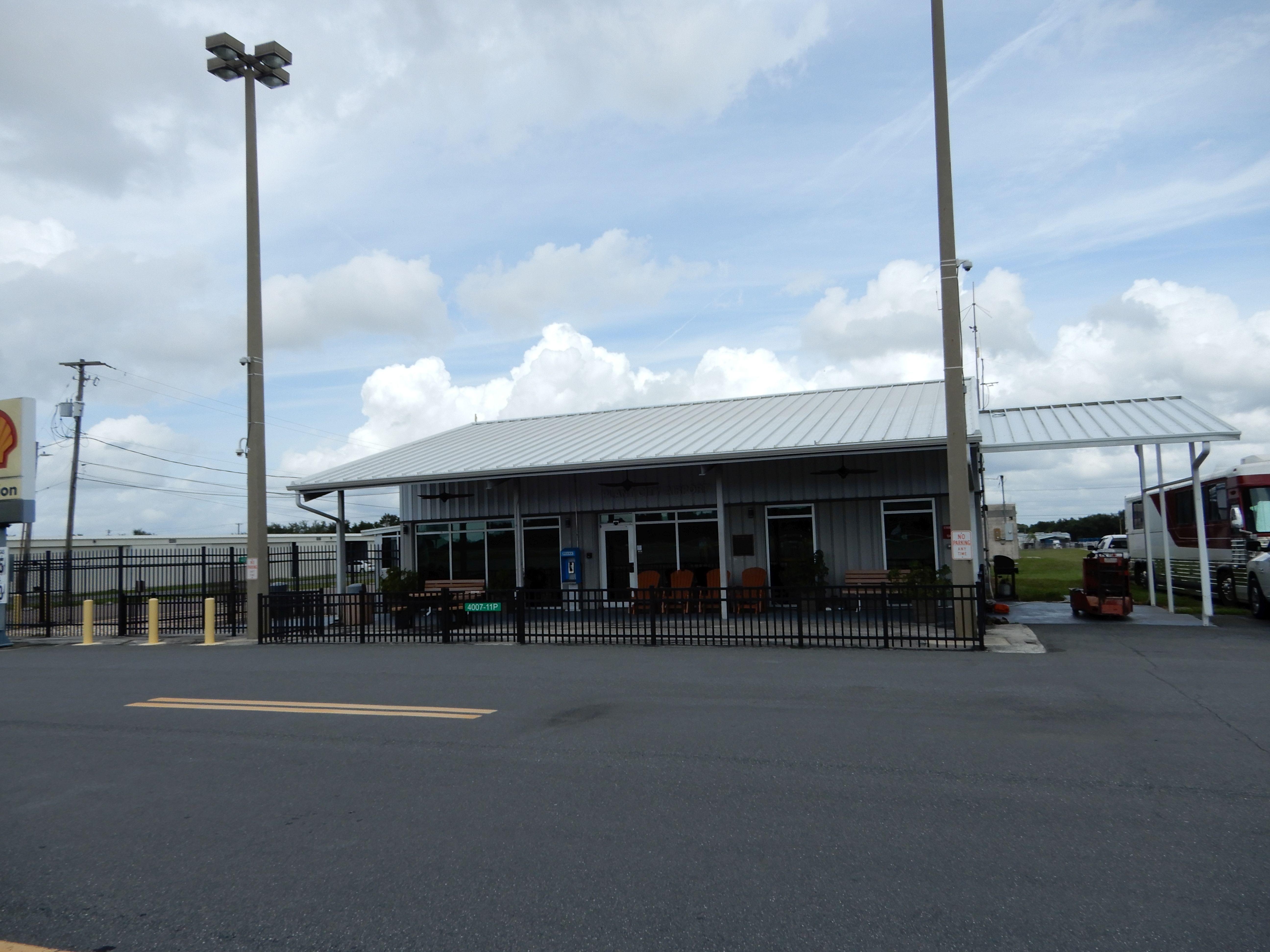 Budova místní FBO na velmi milém letišti Plant City (KPCM)